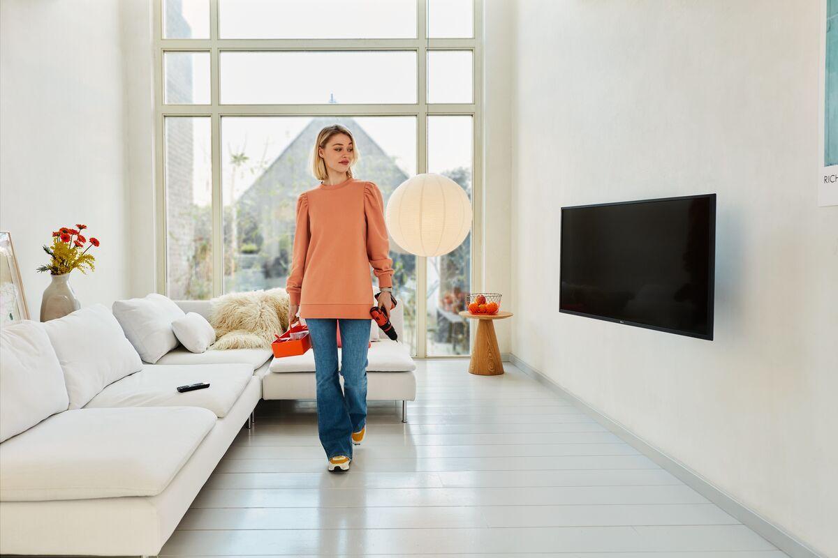 Vogel's TVM 1445 Schwenkbare TV-Wandhalterung - Geeignet für Fernseher von 32 bis 65 Zoll - Bis zu 180° schwenkbar - Bis zu 15° neigbar - Ambiance