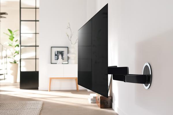 Eine schwenkbare OLED-Wandhalterung von Vogel's, die für OLED-TVs geeignet ist